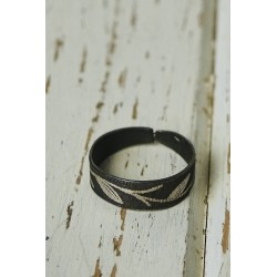 Akessbi ring with leaves